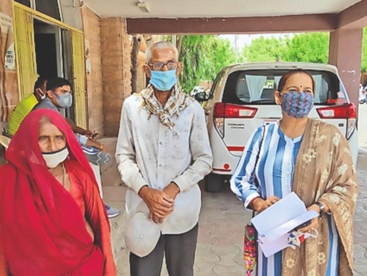 बाड़मेर. कलेक्टर से मिलने पहुंचे बीमार जोधाराम व उसकी सास। - Dainik Bhaskar