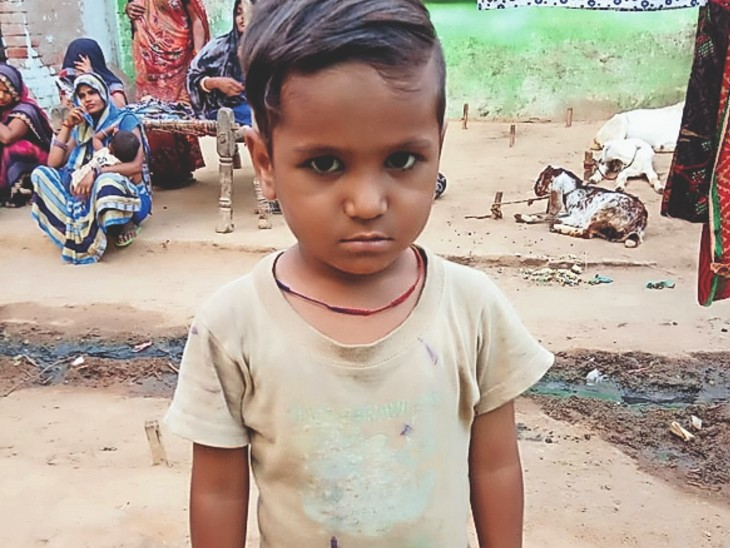 पानी भरने गई महिलाओं की सूचना पर दो दिन बाद बुधवार सुबह बालक का शव गांव के कुएं से बरामद किया गया। - Dainik Bhaskar