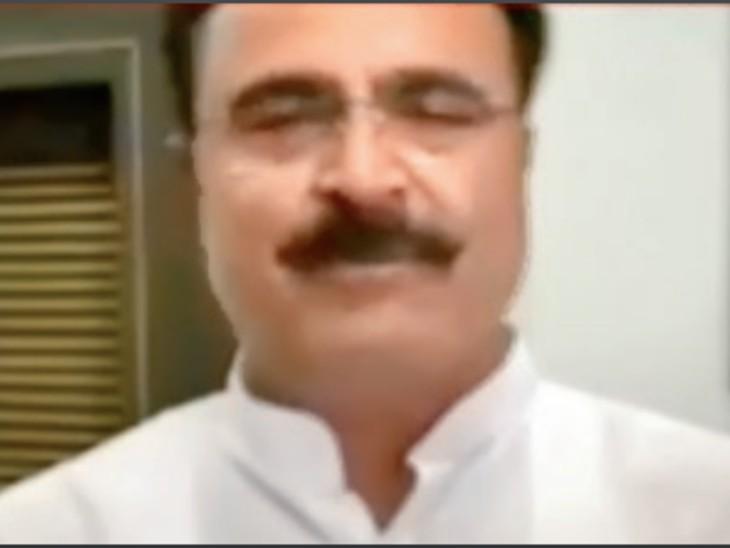 बिना मास्क के पीएचई राज्य मंत्री यादव। - Dainik Bhaskar