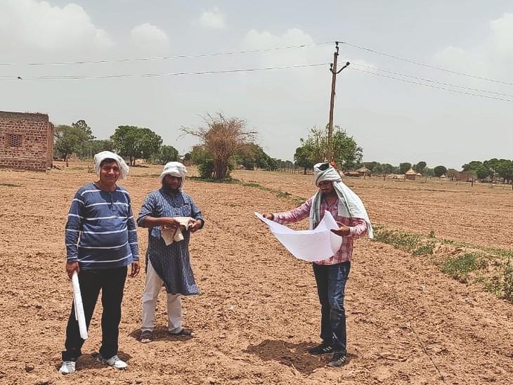 धौलपुर. हड़ताल खत्म होने के बाद खेत में पैमाइस करते पटावारी। - Dainik Bhaskar