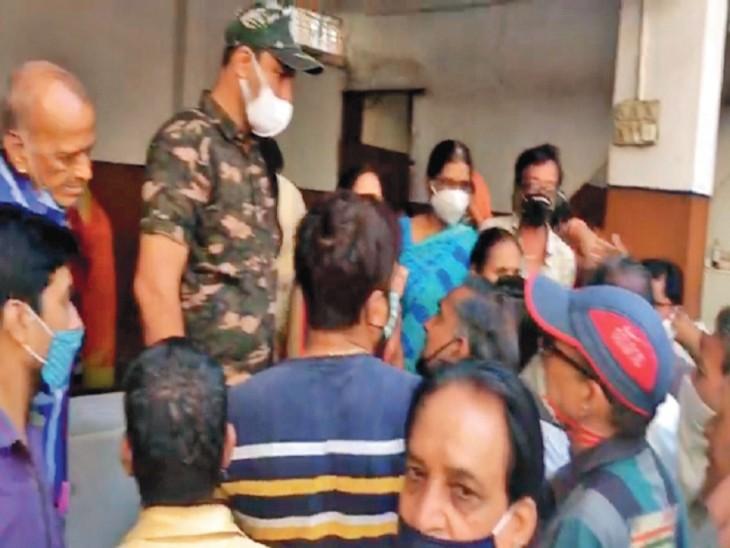 वैक्सीन के टोकन खत्म हाेने के बाद माहेश्वरी धर्मशाला में आक्रोश जताते लोग। - Dainik Bhaskar