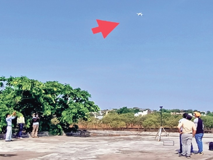 ड्रोन सर्वे करते हुए भोपाल की टीम। - Dainik Bhaskar