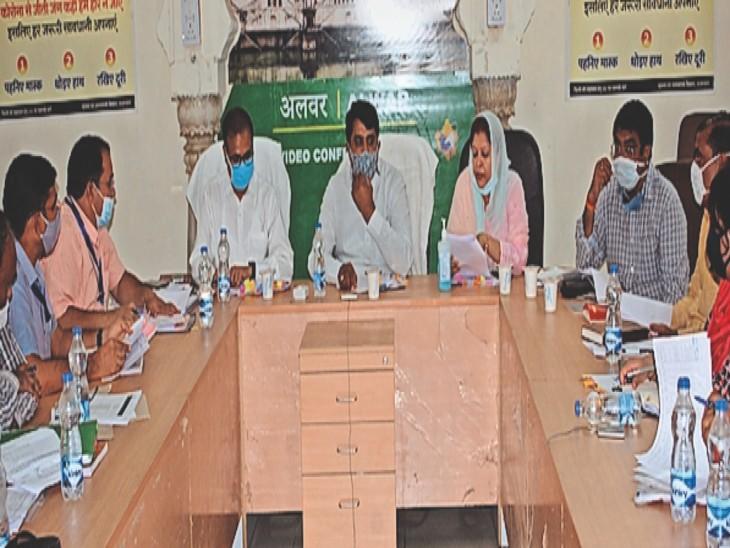 अलवर. अधिकारियाें की बैठक लेते अल्पसंख्यक मंत्री शाले माेहम्मद। - Dainik Bhaskar
