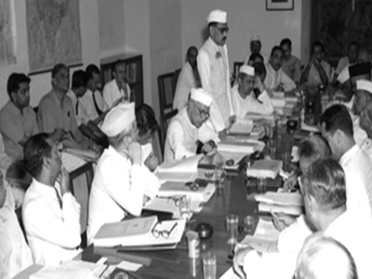 24 जुलाई 1951 को योजना आयोग की एक मीटिंग के दौरान सदस्यगण।