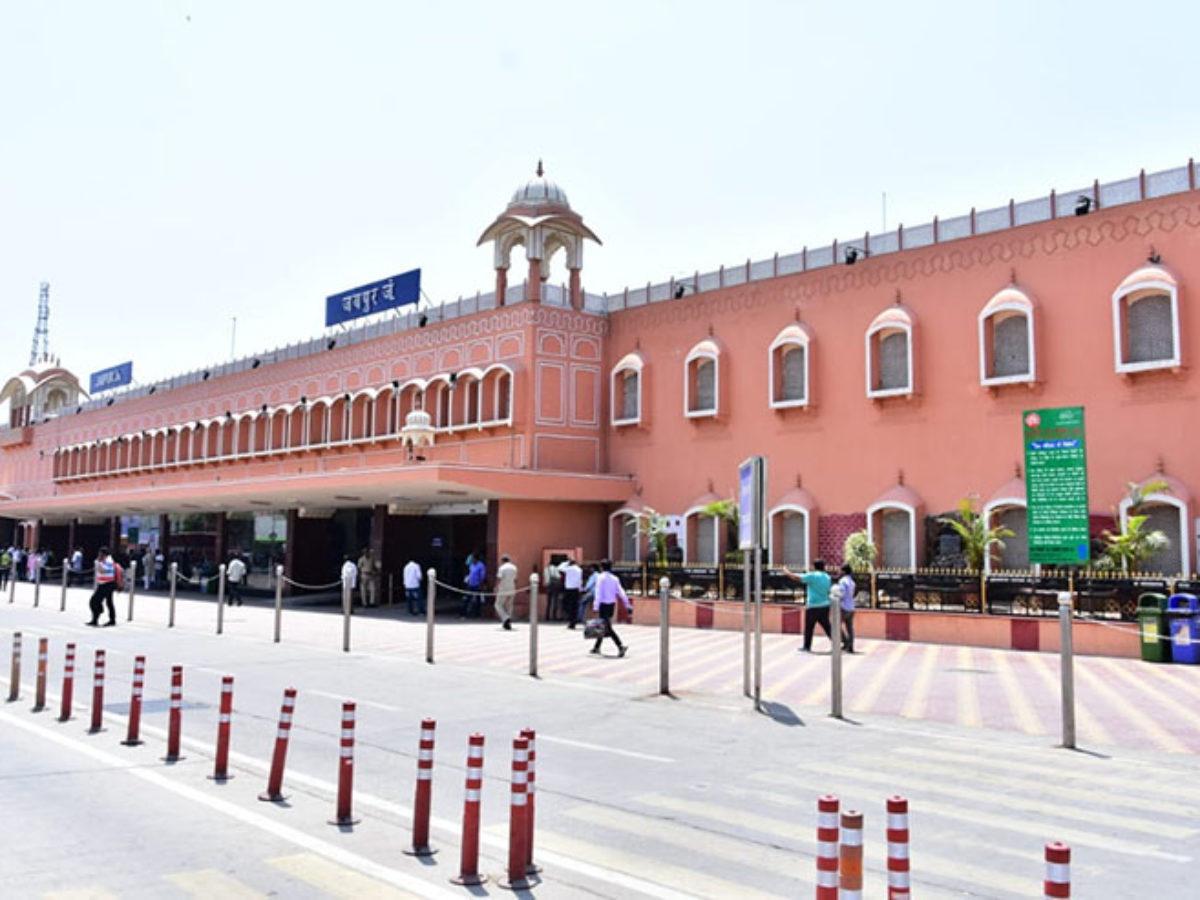 रेलवे का आदेश सभी पार्किंग के लिए 75 रूपए दें, इधर कर्मचारी बोले जहां काम करते हैं वहां पार्किंग का चार्ज करना गलत है|जयपुर,Jaipur - Dainik Bhaskar