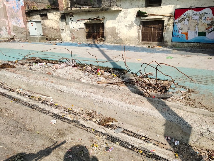 स्मार्ट रोड के फुटपाथ भी बेहद स्मार्ट बनाए जा रहे हैं, लेकिन घटिया निर्माण ने इस रोड का पूरी तरह बर्बाद कर दिया। - Dainik Bhaskar
