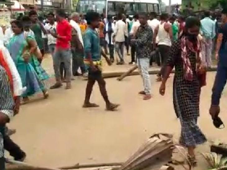 घटनास्थल पर मची अफरातफरी। - Dainik Bhaskar
