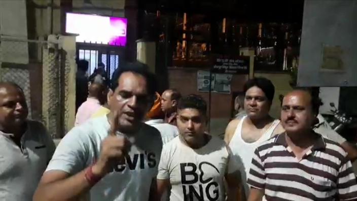 श्रीगंगानगर में जोधपुर डिस्कॉम के भगतसिंह चौक ऑफिस  पर रोष जताते लोग। - Dainik Bhaskar