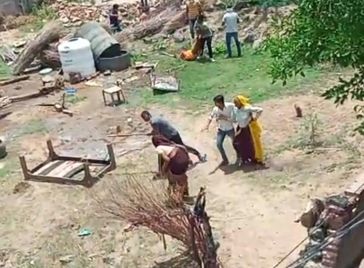 जमीन पर कब्जा के विवाद में महिलाओं पर लाठियों से जमकर पीटा, तोड़फोड़ कर हवाई फायरिंग, एक महिला के पेट में लगी गोली, देखें लाइव VIDEO|जयपुर,Jaipur - Dainik Bhaskar