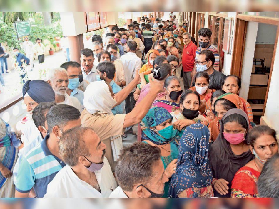 डाेज 300 थी, बिना अपॉइंटमेंट लिए 2000 लाेग पहुंचे टीका लगवाने, वैक्सीनेशन बंद कर बुलानी पड़ी पुलिस|पानीपत,Panipat - Dainik Bhaskar