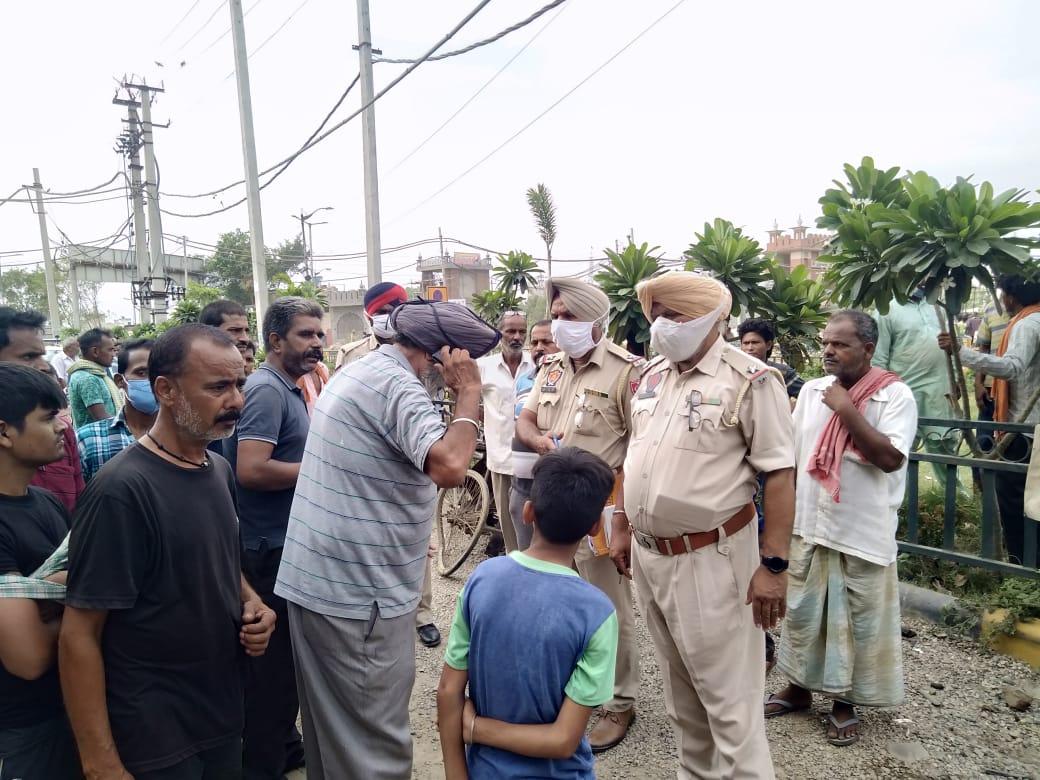 एक्सीडेंट के बाद मौके पर जांच करती पुलिस। - Dainik Bhaskar