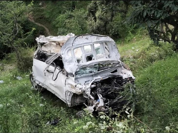 खाई में गिरने के बाद चकनाचूर हुई कार। - Dainik Bhaskar
