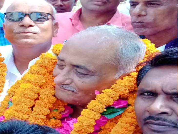 प्रयागराज में कौंधियारा ब्लाक प्रमुख पद पर निर्विरोध निर्वाचित हुए सपा प्रत्याशी इंद्रनाथ मिश्रा|प्रयागराज (इलाहाबाद),Prayagraj (Allahabad) - Dainik Bhaskar