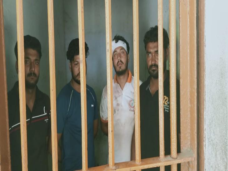 जमीनी विवाद को लेकर दबंगों ने दलित महिला की झोपड़ी में आग लगा दी, पति संग बच्चों को लाठी-डंडों से पीटा; पुलिस ने 4 आरोपियों को गिरफ्तार किया|वाराणसी,Varanasi - Dainik Bhaskar