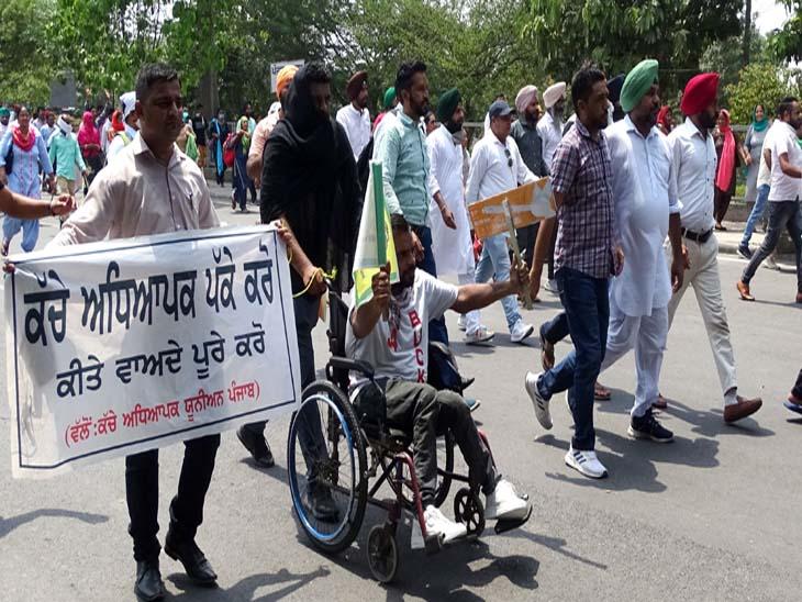 अस्थायी टीचरों ने पिछले दिनों सीएम हाउस की ओर जाने का प्रयास किया था। फाइल फोटो - Dainik Bhaskar