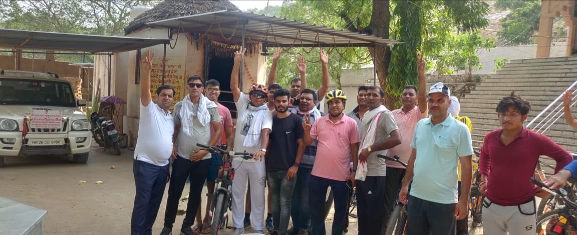 ब्रज यात्रा के लिए रवाना होते डीएसपी और अन्य। - Dainik Bhaskar