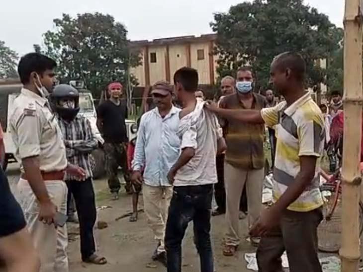 मोबाइल चोरी करते लोगों ने नाबालिग को पकड़ा, खंभे से बांधकर की पिटाई; पुलिस भीड़ से छुड़ा कर ले गई थाना|झारखंड,Jharkhand - Dainik Bhaskar
