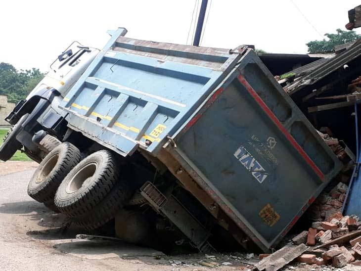 गिट्टी लदा हाइवा घर पर पलटा, घर में सो रहे लोग बाल-बाल बचे; ड्राइवर को आई चोट|झारखंड,Jharkhand - Dainik Bhaskar