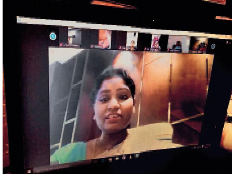 ऑनलाइन बैठक में बात रखतीं मेयर आशा लकड़ा। - Dainik Bhaskar