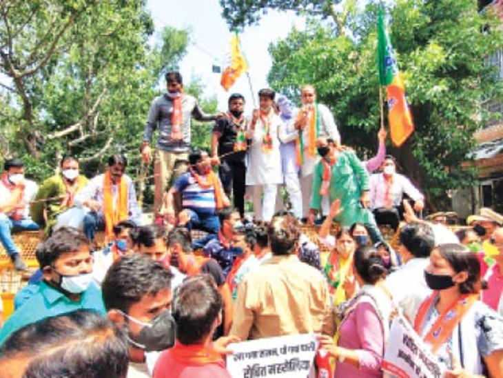 जल संकट को लेकर दिल्ली में प्रदर्शन करते भाजपा नेता। - Dainik Bhaskar