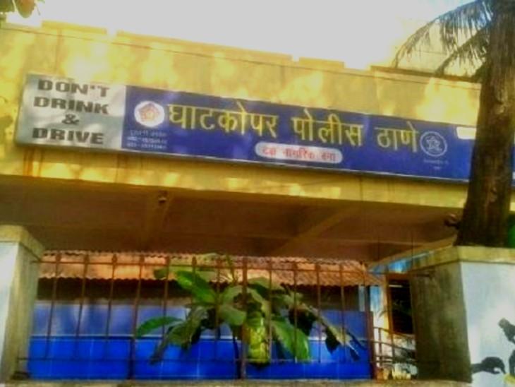 महिला के पिता की शिकायत पर घाटकोपर पुलिस स्टेशन में आइपीसी की धारा 323 और 504 के तहत मामला दर्ज किया गया है।  - Dainik Bhaskar