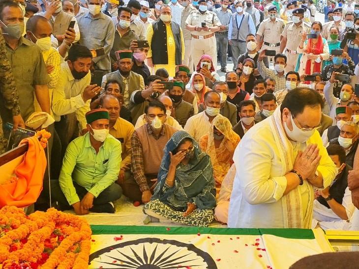 वीरभद्र सिंह को श्रद्धांजलि अर्पित करते भाजपा के राष्ट्रीय अध्यक्ष जेपी नड्डा।