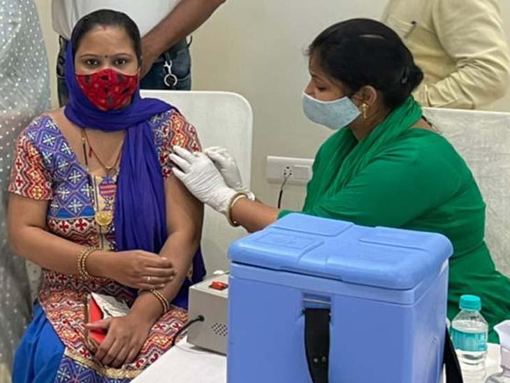 शहर में रोजाना 5 से 7 हजार लोगों को वैक्सीन लगाई जा रही है। फाइल फोटो - Dainik Bhaskar