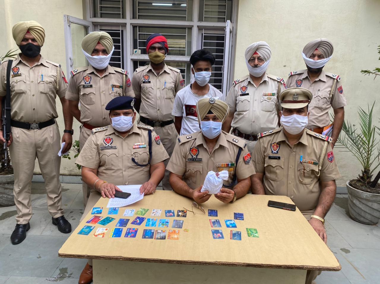 पकड़े गए आरोपी के बारे में जानकारी देते पुलिस अफसर। - Dainik Bhaskar