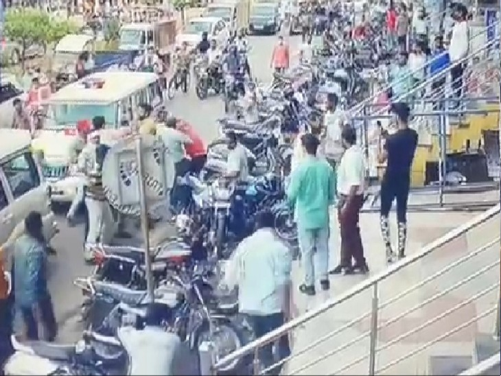 दुकानों के बाहर रखे सामान को उठाने पर भिड़े व्यापारी नगर निगम कर्मचारी, हुई मारपीट; गुस्से में व्यापारियों ने लगाया जाम|ग्वालियर,Gwalior - Dainik Bhaskar
