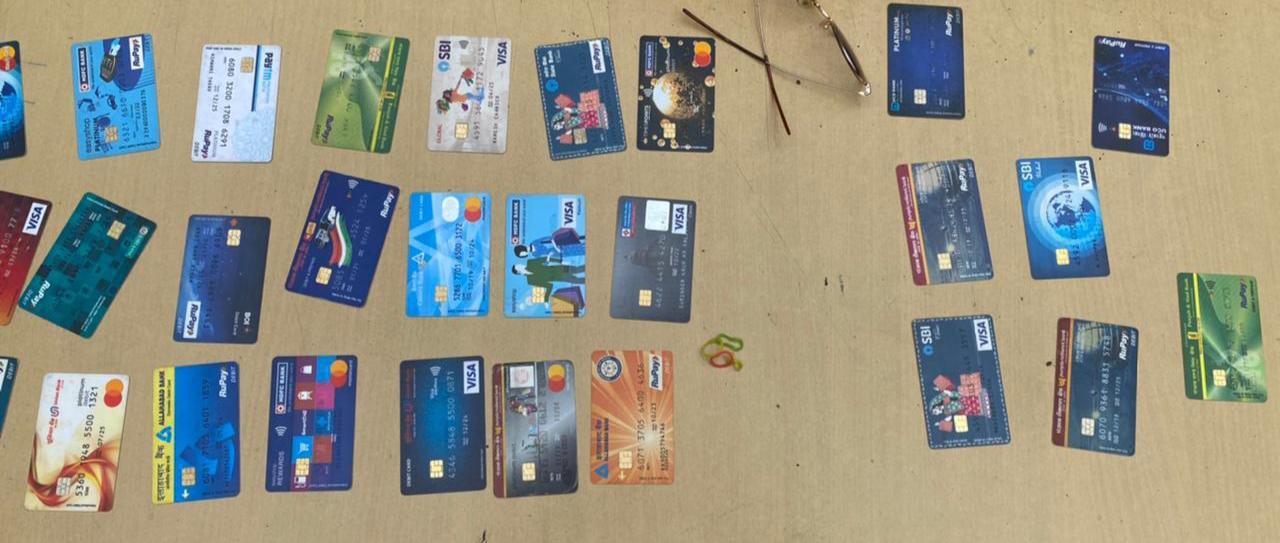 आरोपी से बरामद ATM कार्ड।