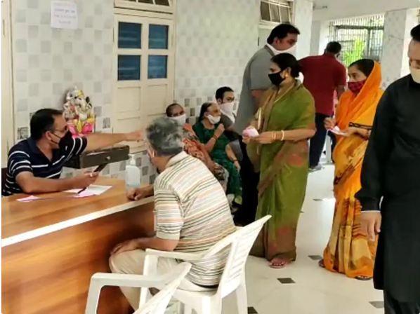 प्रतिदिन 20 हजार का टार्गेट है लेकिन सिर्फ 4 से 5 हजार लोगों को ही टीका नसीब हो रहा है। - Dainik Bhaskar