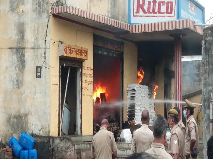 वाराणसी में ट्रांसपोर्ट एजेंसी के गोदाम में आग लगी, दमकल की 11 गाड़ियां पहुंची बुझाने; चीफ फायर अफसर झुलसे|वाराणसी,Varanasi - Dainik Bhaskar