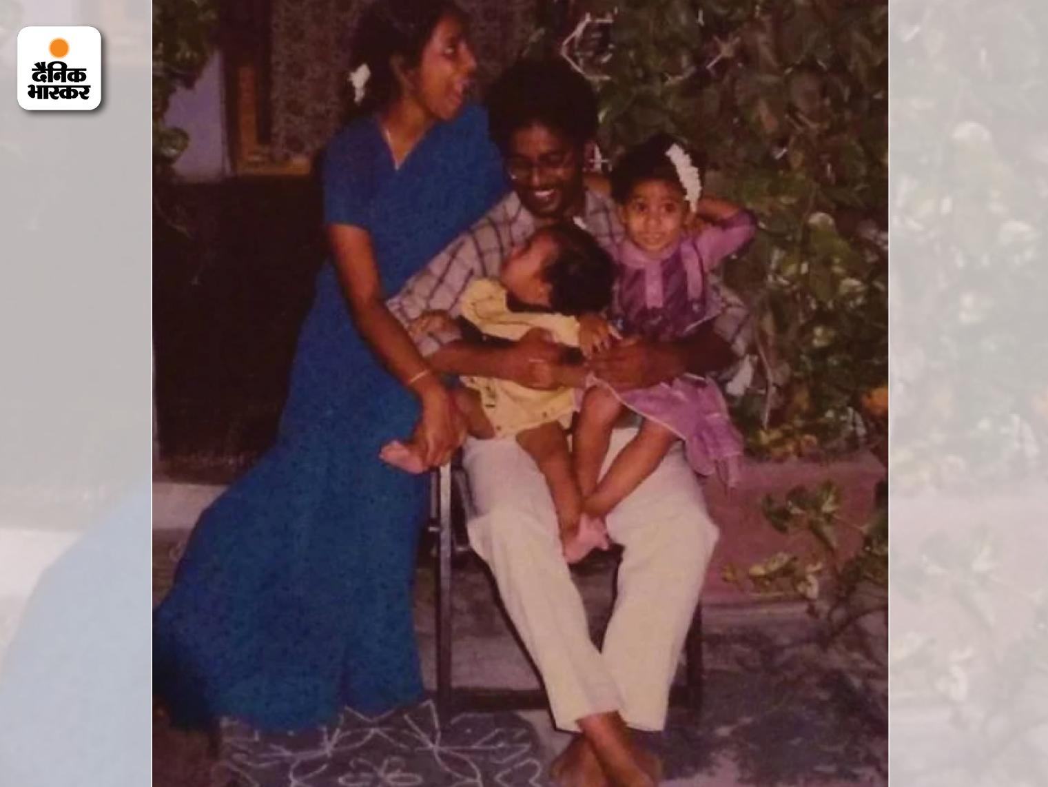 सिरिशा के बचपन की तस्वीर। इसमें वो अपने पिता बी मुरलीधर, मां अनुराधा और बहन प्रत्यूषा के साथ हैं।