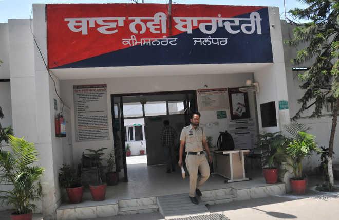 उसमें रखे लूट, विदेश भेजने के नाम पर ठगी व मारपीट का रिकॉर्ड भी ले उड़े चोर, पुलिसकर्मी गया था कोर्ट में रिकॉर्ड पेश करने|जालंधर,Jalandhar - Dainik Bhaskar