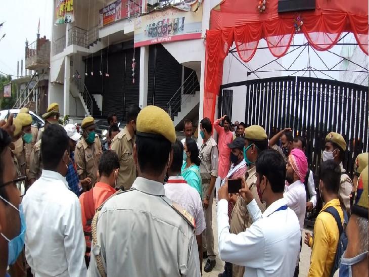 चुनाव के दौरान हंगामा कर रहे लोगों को समझाती पुलिस। - Dainik Bhaskar