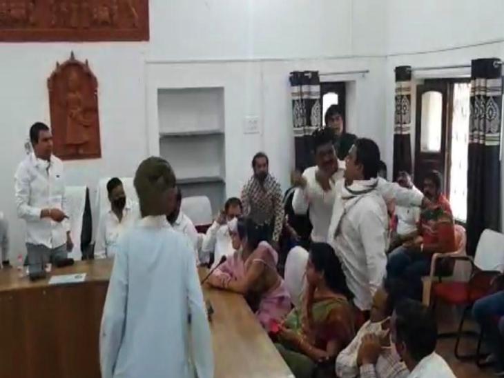 राजसमंद प्रभारी पुष्पेंद्र भारद्वाज के साथ बहस करते कांग्रेसी कार्यकर्ता।