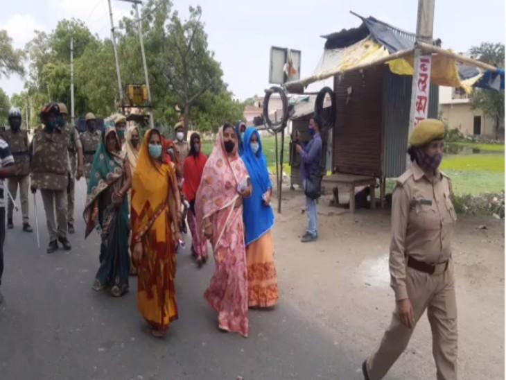 पुलिस सुरक्षा के बीच मतदान केंद्र जाती महिला बीडीसी सदस्य।