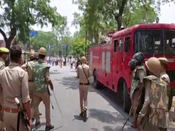 सड़क पर एक ओर पुलिस तो दूसरी तरफ उपद्रवियों की भीड़