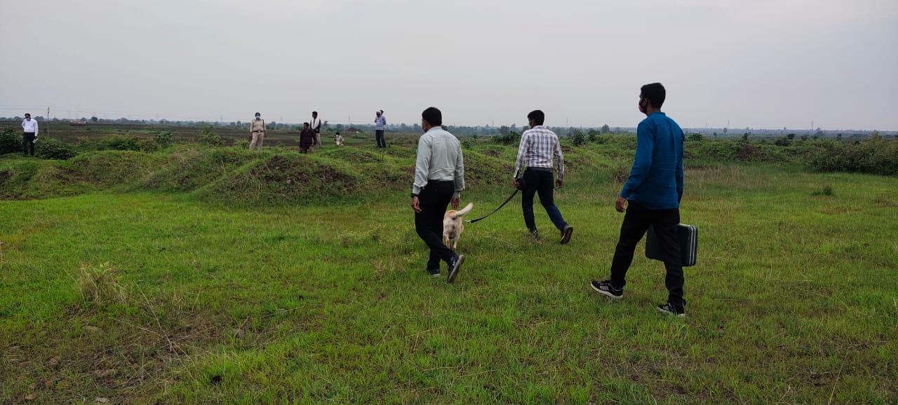 शव को दफनाने वाली जगह पर जांच करती पुलिस और एफएसएल की टीम।
