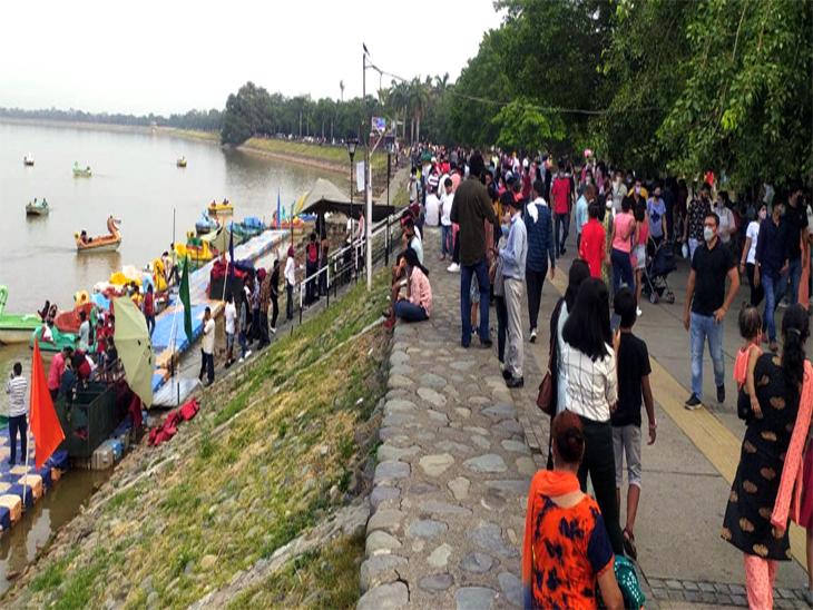 सुखना लेक पर आज शाम को काफी संख्या में लोग पहुंचे। प्रशासन की ओर से कई दिनों बाद पाबंदी हटाई गई थी। - Dainik Bhaskar