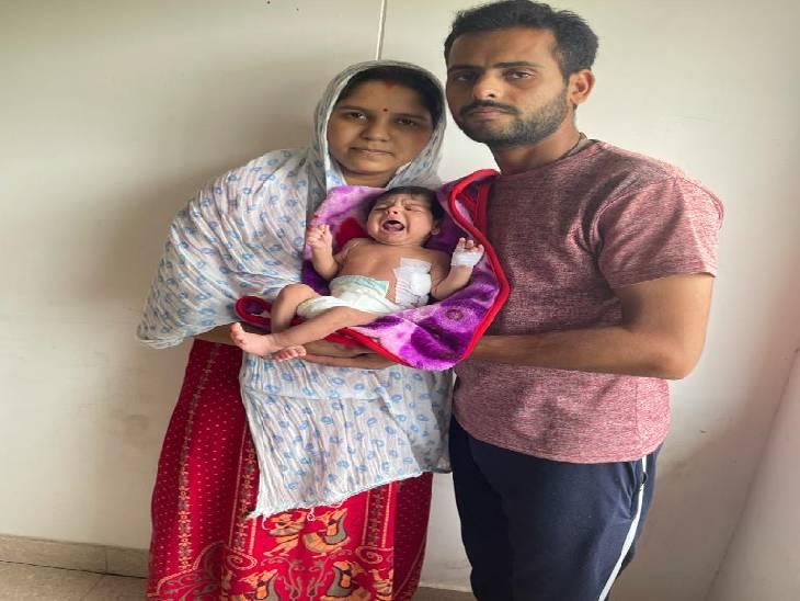इकलौते बेटे का दिल दाईं ओर था और लीवर-आंत छाती पर चढ़ गए थे; 9 डॉक्टरों की टीम ने 2 घंटे ऑपरेशन करके सबको सही जगह फिट किया जबलपुर,Jabalpur - Dainik Bhaskar