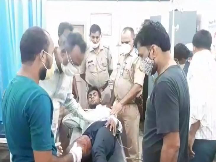 चंदौली में पुलिस मुठभेड़ में घायल आरोपी को पुलिस ने जिला अस्पताल में करवाया भर्ती। - Dainik Bhaskar