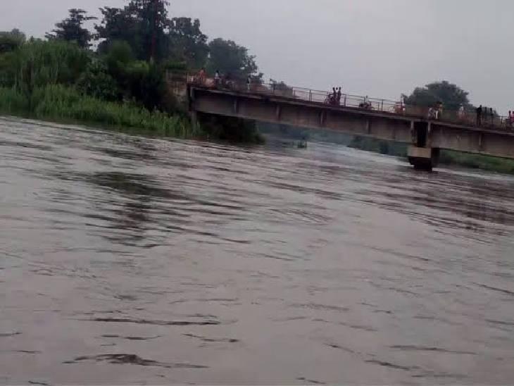 बड़े बेटे को पुल पर छोड़, दुधमुंहे बच्चे को लेकर महिला ने नदी में लगाई छलांग; पुलिस गोताखोरों की मदद से कर रही तलाश|गोरखपुर,Gorakhpur - Dainik Bhaskar