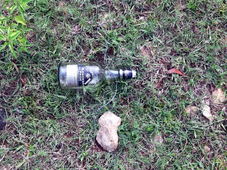 घटनास्थल से पुलिस को शराब की बोतल मिली है।