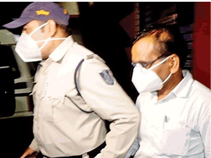 फर्जी दस्तावेज पर लिया था प्रमोशन; संतोष वर्मा से 12 घंटे चली कड़ी पूछताछ, अफसरों ने वल्लभ भवन से ली अनुमति और किया गिरफ्तार|इंदौर,Indore - Dainik Bhaskar