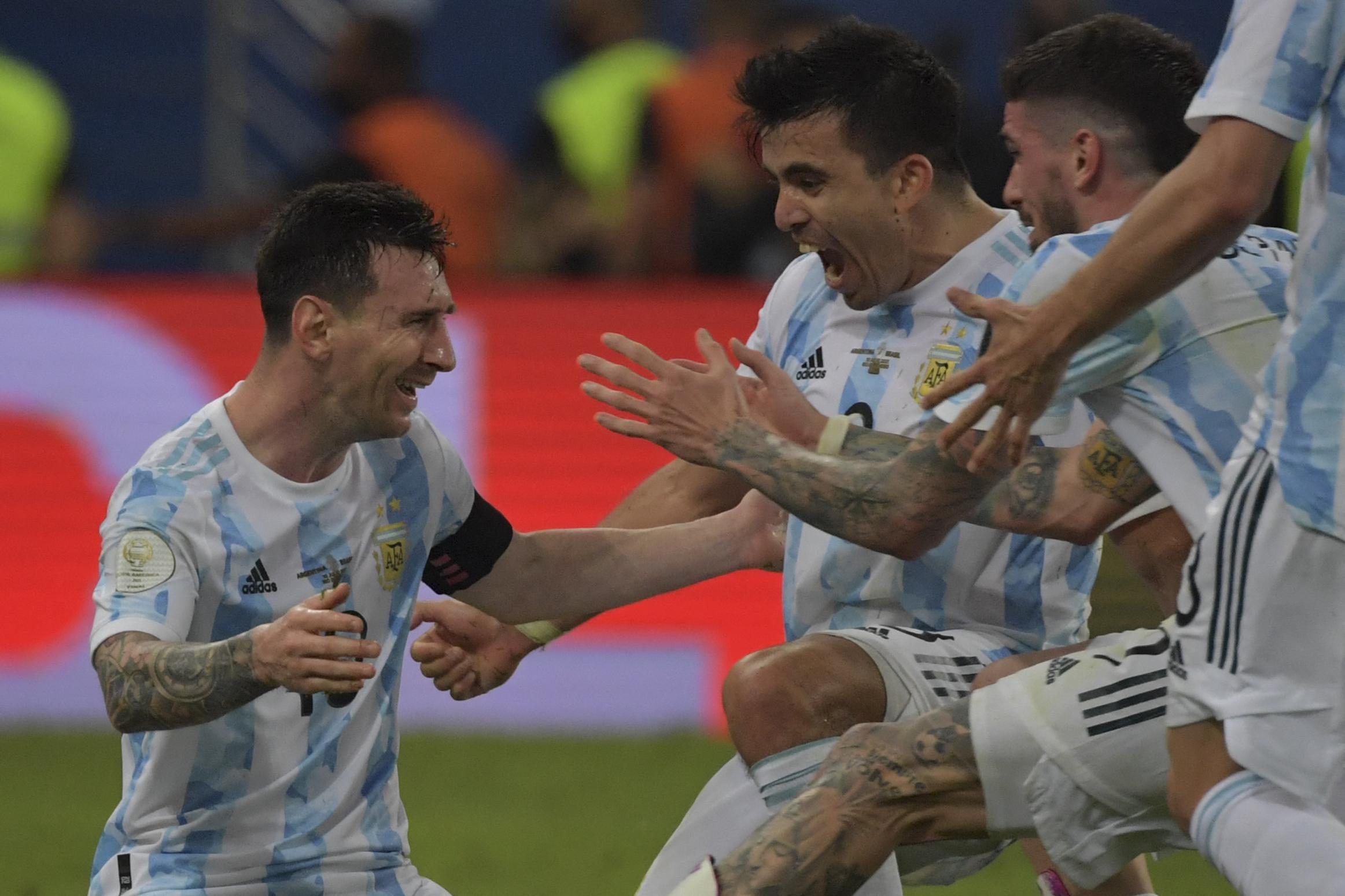 मैच के बाद अर्जेंटीना के खिलाड़ियों ने मेसी को गले से लगा लिया।