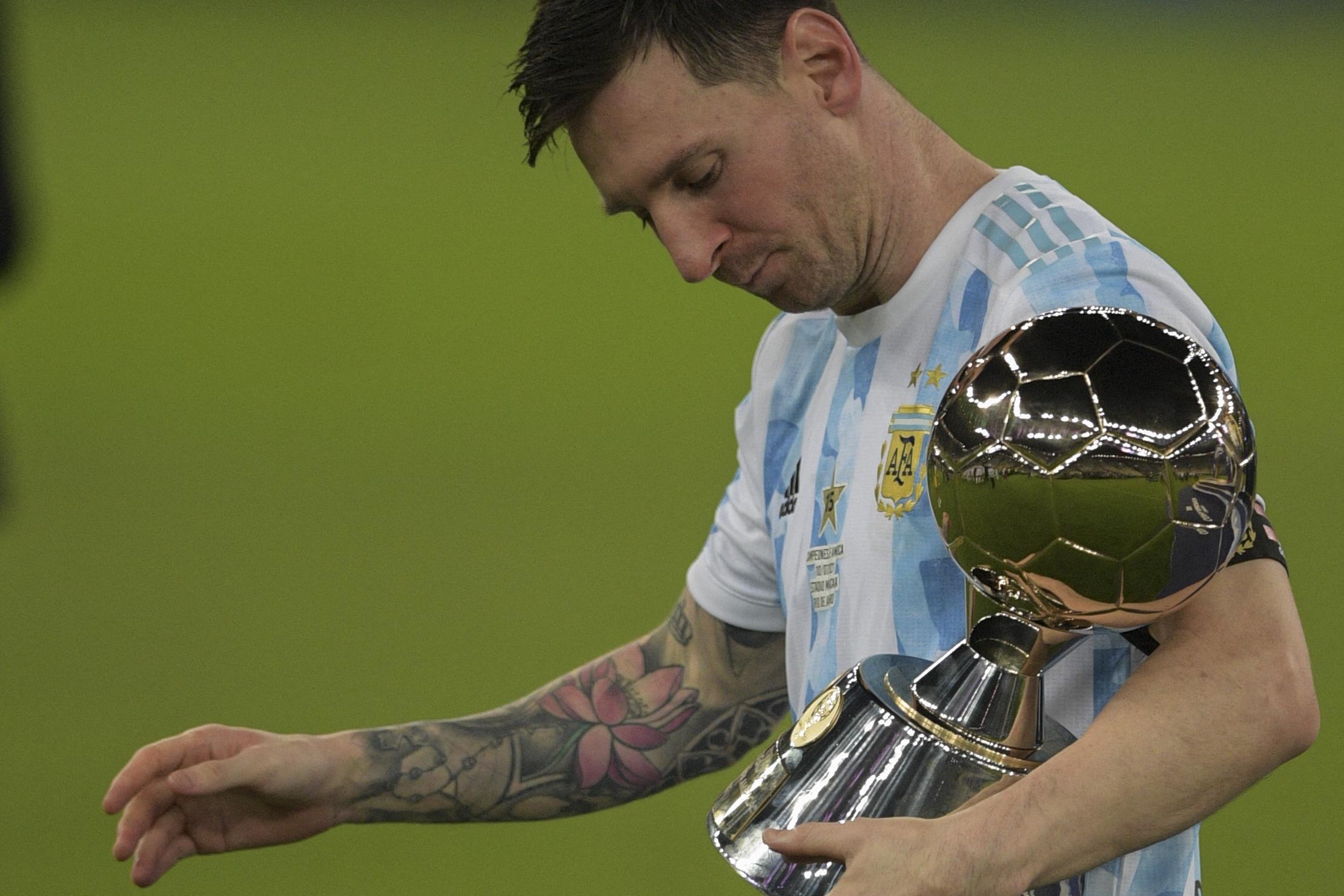 टूर्नामेंट के बेस्ट फुटबॉलर की ट्रॉफी के साथ लियोनल मेसी।