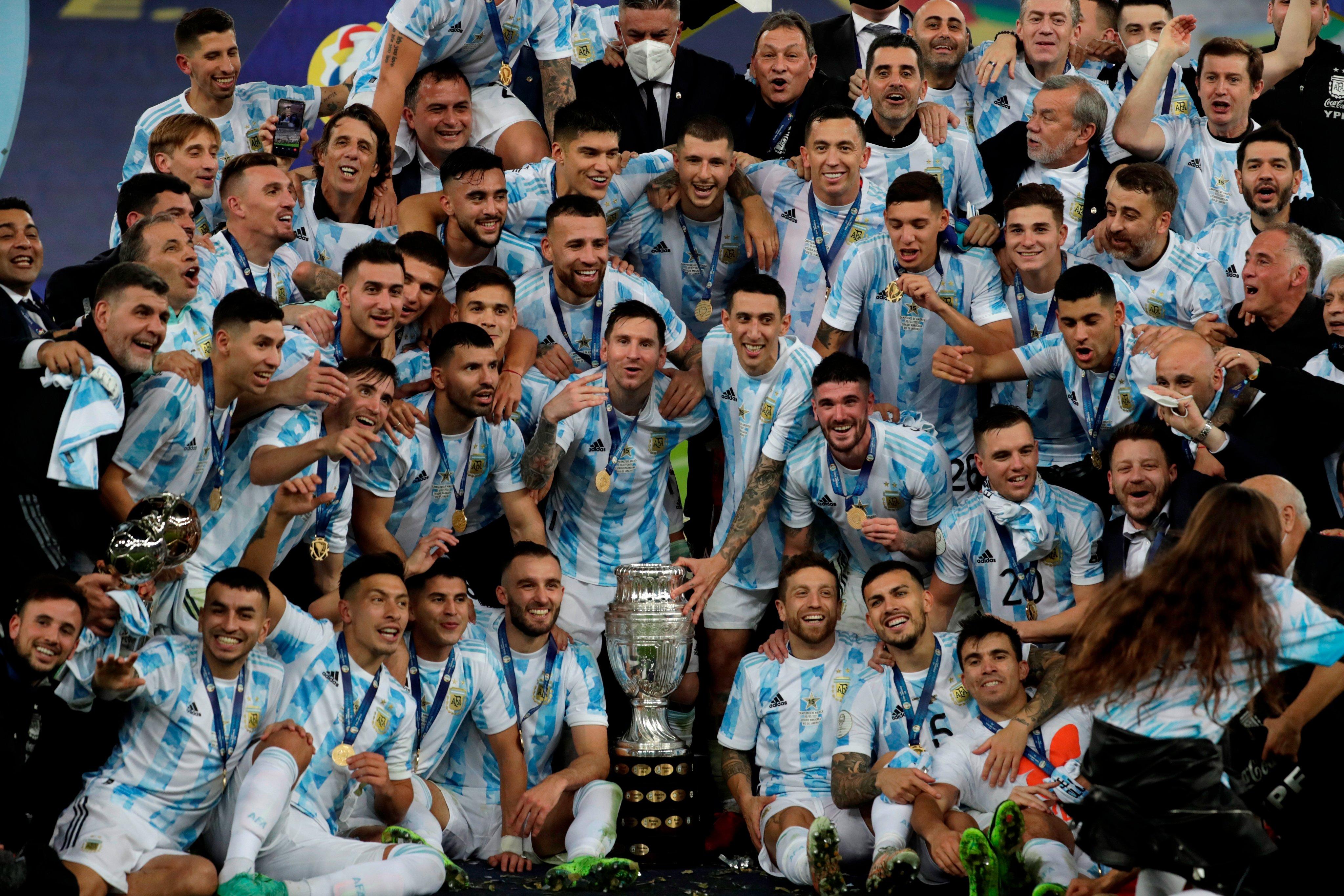 कोपा अमेरिका कप के साथ अर्जेंटीना की टीम। उसने 28 साल बाद यह खिताब जीता है।