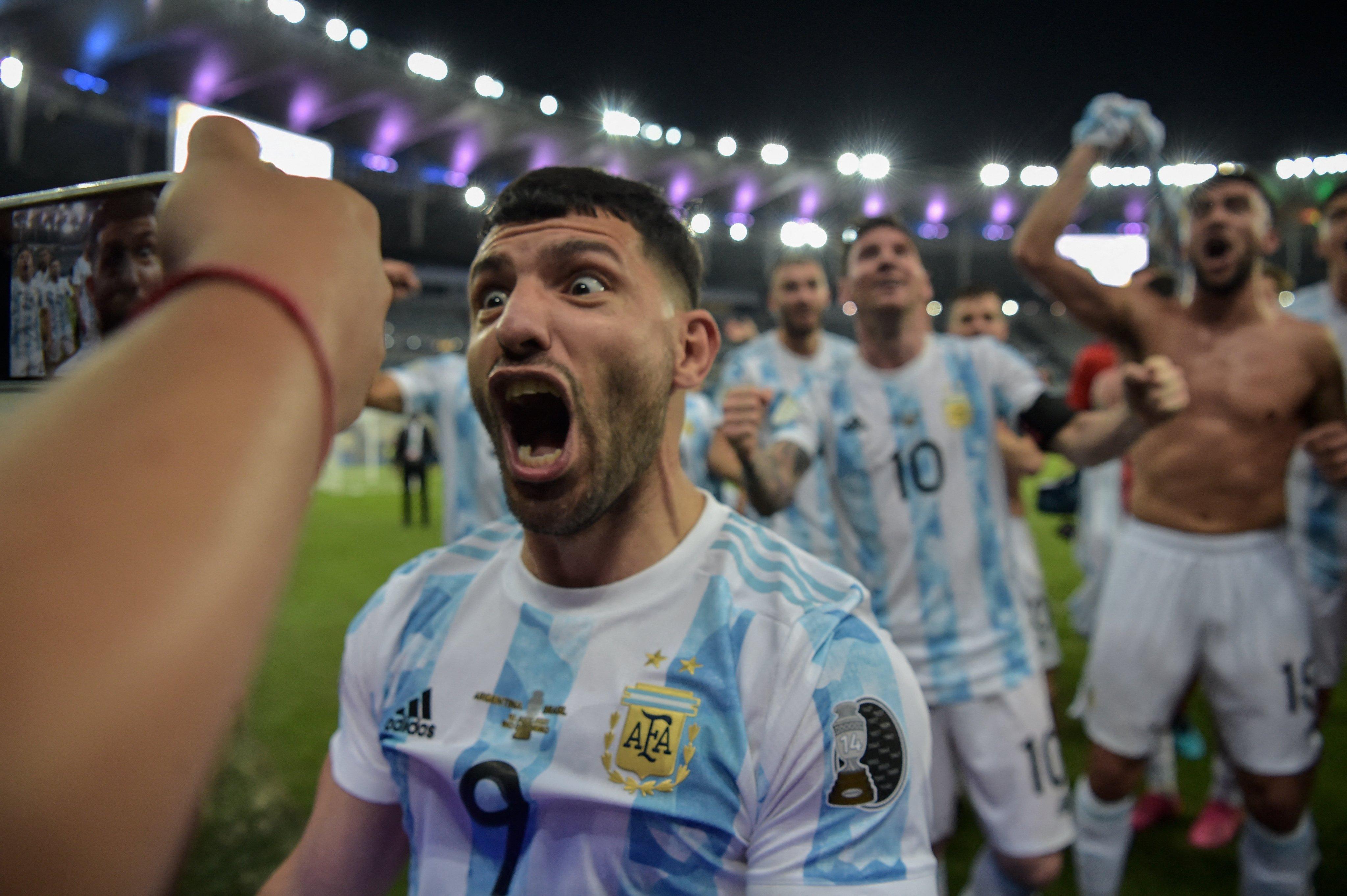 मैच के बाद अर्जेंटीना के स्ट्राइकर सर्जियो अगुएरो कुछ इस अंदाज में नजर आए।