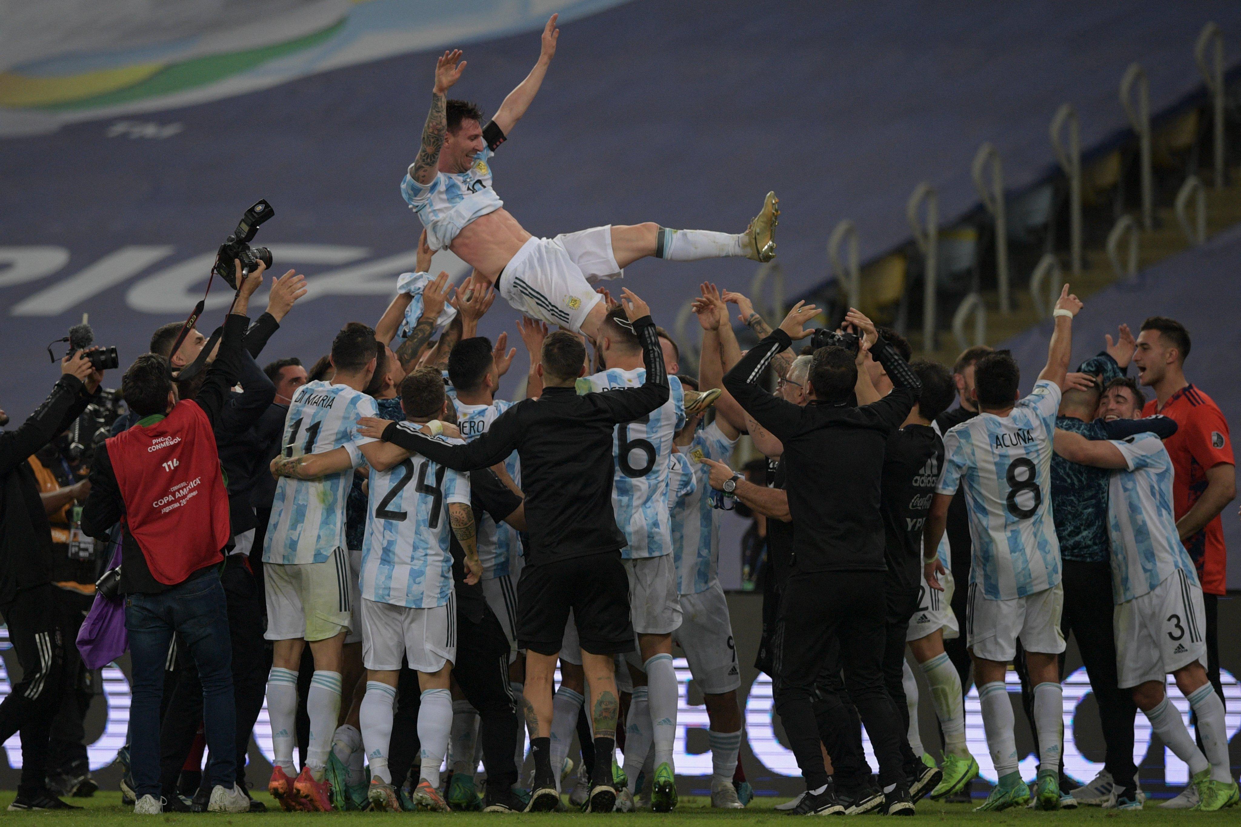कोपा अमेरिका जीतने के बाद अर्जेंटीना के प्लेयर्स ने मेसी को हवा में उछाला। यह मेसी का आखिरी कोपा अमेरिका टूर्नामेंट हो सकता है।